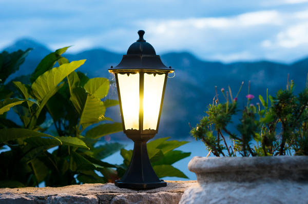 Правильно подобранное освещение придомовой территории позволяет не только без помех передвигаться по участку в темное время суток, но и придает ему определенный шарм