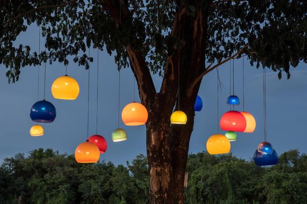Подвесные уличные светильники могут напоминать обычные комнатные