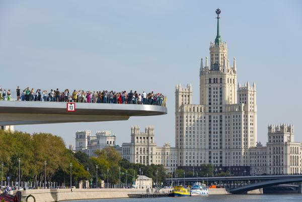 Смотровая площадка Парящий мост приняла первых посетителей. Фото с сайта iStock.com/AlxeyPnferov