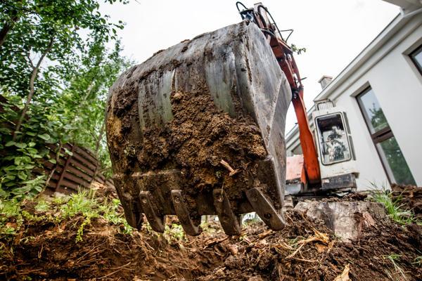Колодец можно выкопать при помощи экскаватора