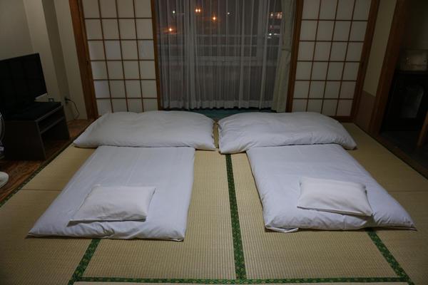 Традиционная японская комната с футонами