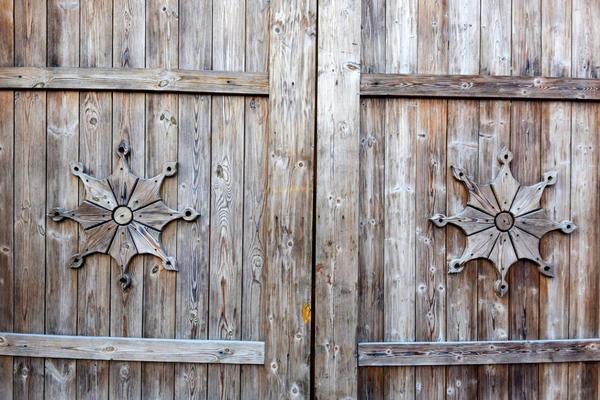 Деревянные ворота требуют обработки антисептиком