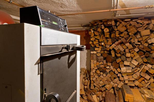 Твёрдотопливные котлы требуют отдельного помещения и запаса топлива
