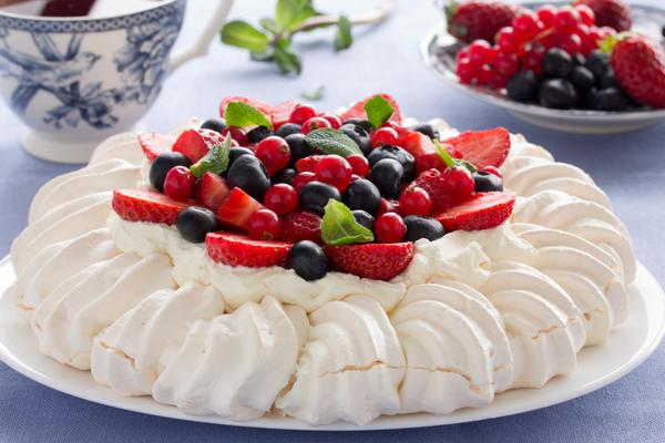 Однослойный торт «Павлова» со сливками, клубникой и черникой