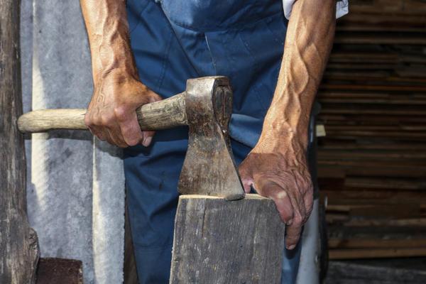 Обычная колка дров - тяжёлый труд