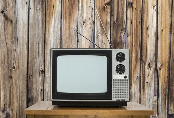 Винтажный телевизор с комнатной антенной