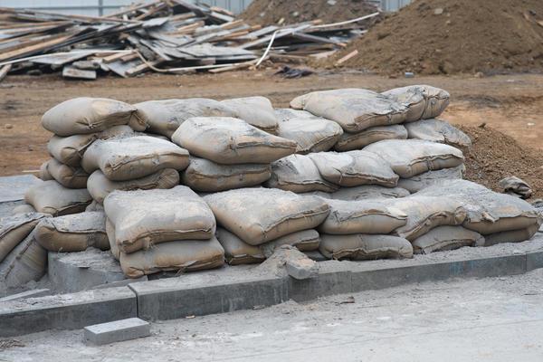 Мешки с цементом на строительной площадке
