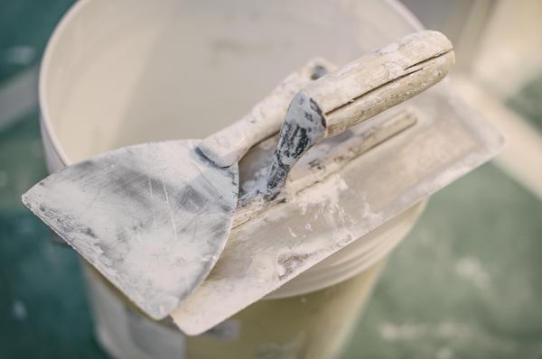 При работе с сухими строительными смесями необходимо применять инструменты из нержавеющего металла
