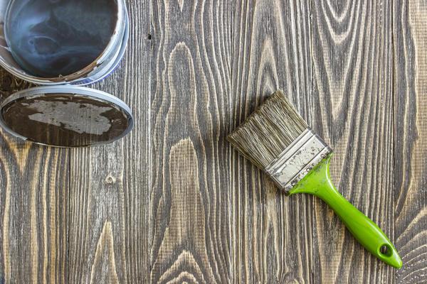 Обработанную древесину покрывают морилками и лаком