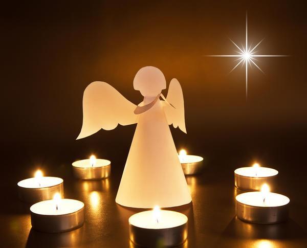 Фигурка рождественского ангела - одна из примет праздника