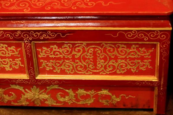 Инкрустация позолотой на китайском лаковом комоде