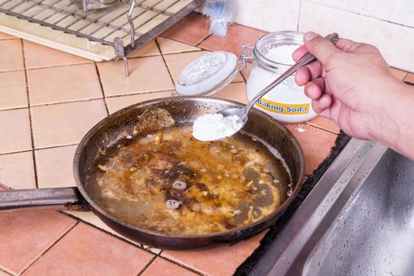 Содата помага за измиване на мръсни съдове