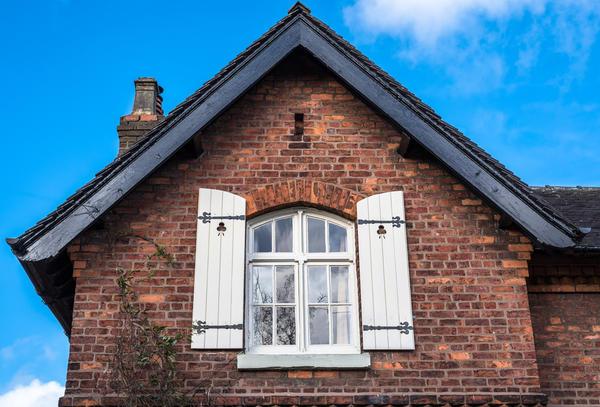Старый кирпичный дом красив без дополнительного фасадного декора