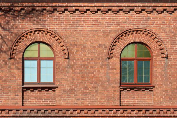 Рельефная кирпичная кладка подчёркивает архитектурные элементы фасада