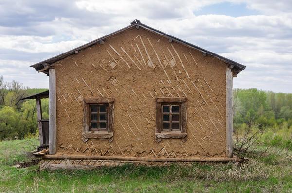 Старый дом, оштукатуренный глиной