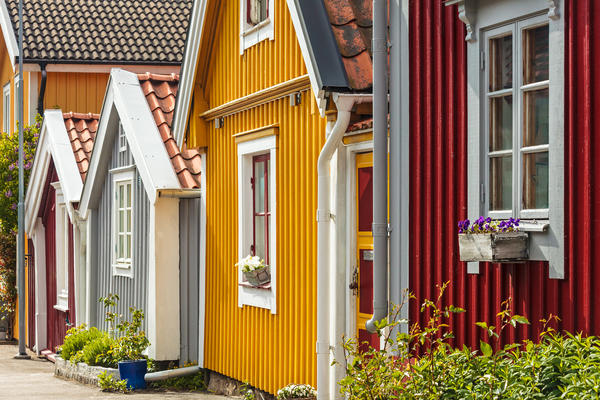 Вертикальный сайдинг на дачных домиках в Швеции