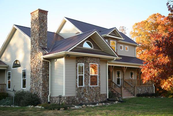 Чем сложнее архитектура дома, тем больше потребуется аксессуаров для монтажа сайдинга