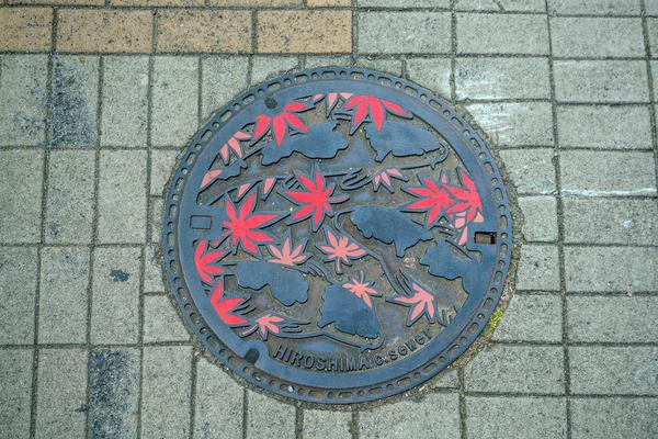 Ещё один японский канализационный люк - с улиц города Хиросима