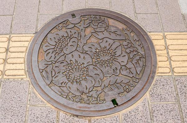 Муниципалитеты японских городов соревнуются в создании самых красивых люков