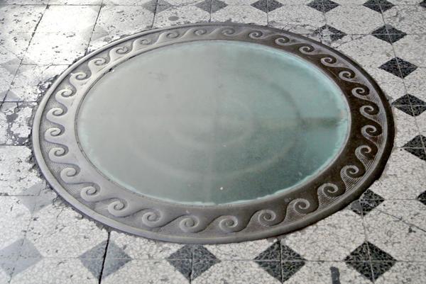 Стеклянный канализационный люк