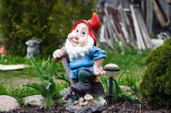 На крышке люка можно разместить композицию из садовых фигурок