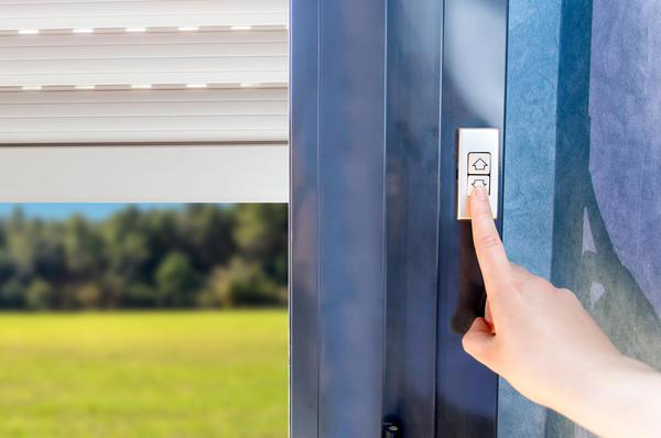Остановите свой выбор на жалюзи-роллетах, не ставьте на окна глухие неоткрывающиеся решётки