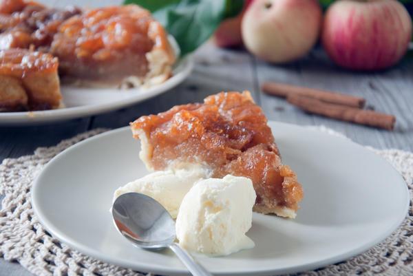 Яблочный тарт Татен традиционно подают с кусочком мороженого