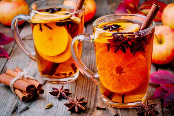Добавьте в напитки корицу, гвоздику, имбирь, лимон