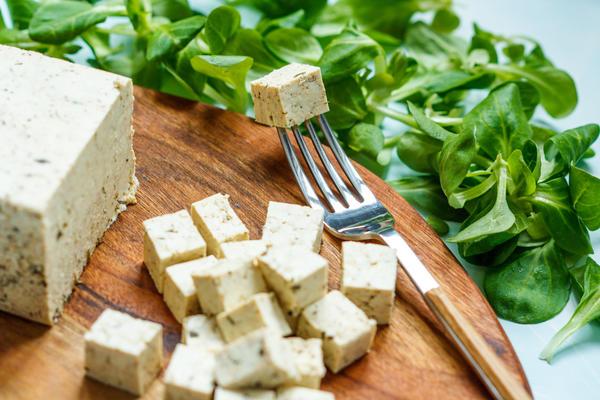 Сыр тофу, несмотря на растительное происхождение, очень калорийный продукт