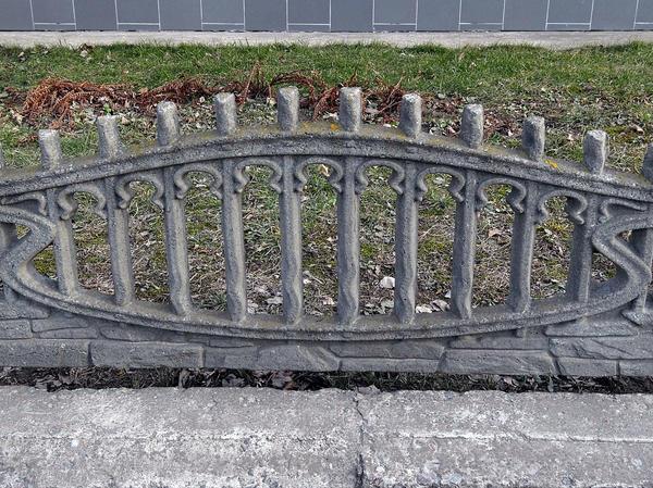 Невысокое ограждение из бетона