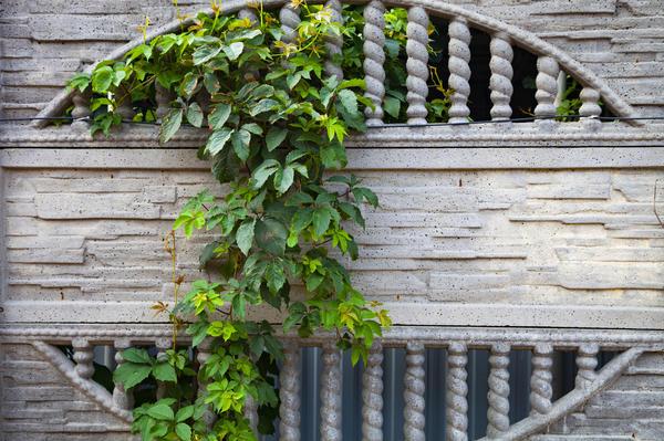 Сборный бетонный забор с ажурными элементами