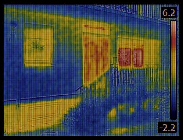 На экране тепловизора видны области, где процесс теплопередачи выше