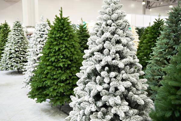 Искусственные елки могут быть окрашены в различные цвета