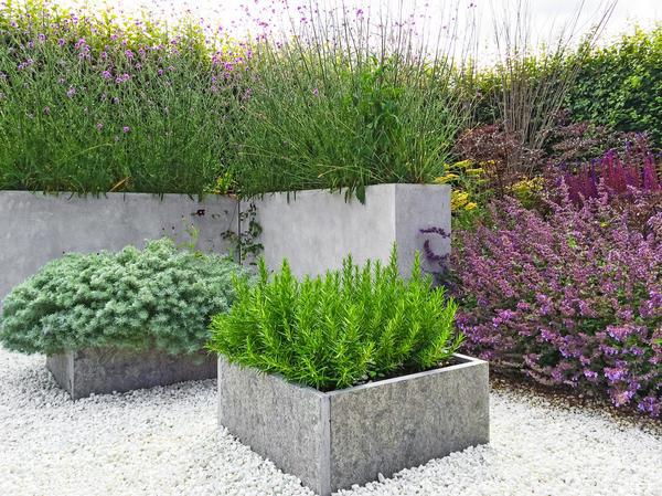 В небольшом саду приподнятый цветник может быть совсем крошечным