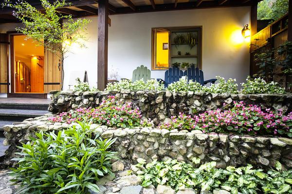 Высота конструкции приподнятого цветника может составлять от 20-30 см до 1 м