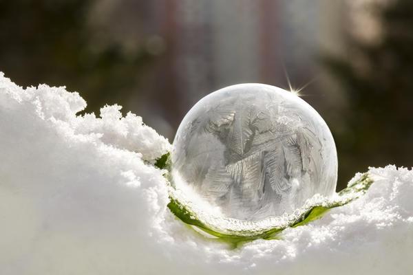Мыльные пузыри на морозе покрываются красивым узором