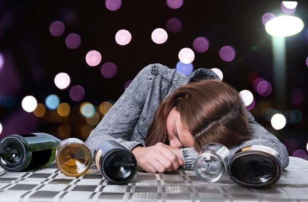 Причиной алкогольной интоксикации может стать как количество, так и качество спиртного