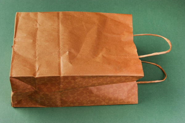 В таких бумажных сумках удобно хранить горшки с пеларгониями в погребе