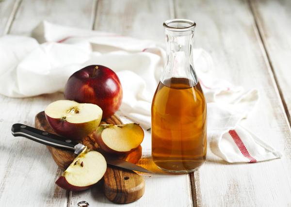 Можно приготовить уксус из одних лишь яблок, без добавления иных ингредиентов