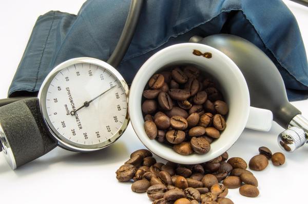 Кофе повышает уровень холестерина, а это, в свою очередь, увеличивает риск сердечно-сосудистых заболеваний