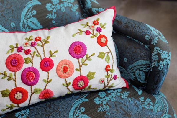 Вышитые подушки очаровательны!