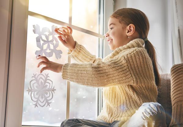 Есть способы надежно закрепить бумажные украшения на стекле