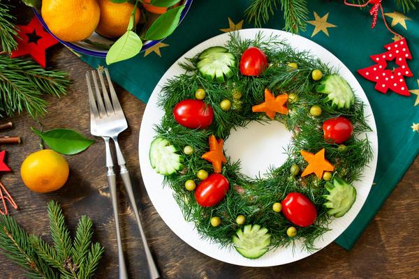 Изящно сервированный салат - гордость хозяйки