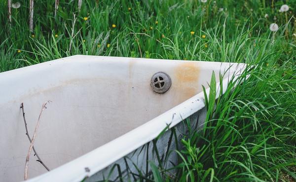 Старые чугунные ванны есть на участках у многих дачников