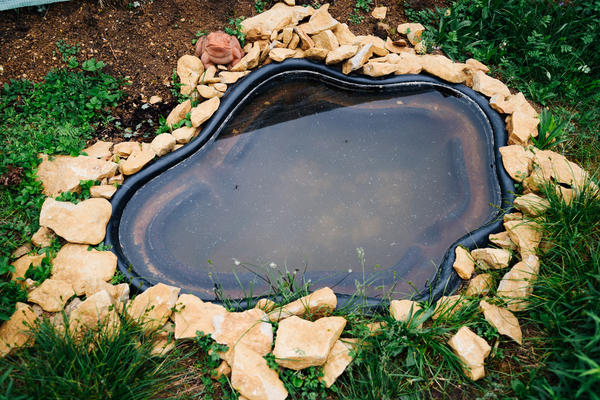 Неудачное оформление видно сразу. Помните, что любой садовый водоем должен гармонично встраиваться в окружение