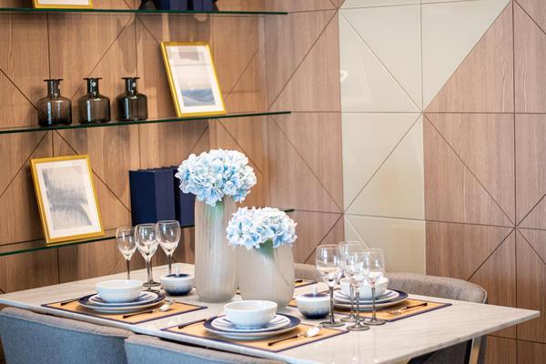 Ламинат — это не только длинные плашки «под дерево», но и интересные геометрические элементы, которые отлично смотрятся на стенах
