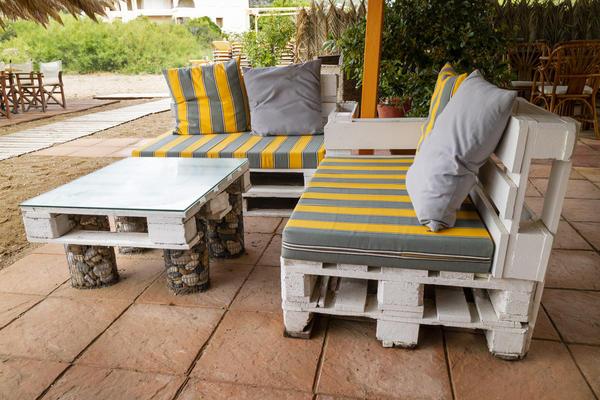 Мебель из паллет, собранная своими руками, позволяет отлично сэкономить на предметах обстановки для дачи
