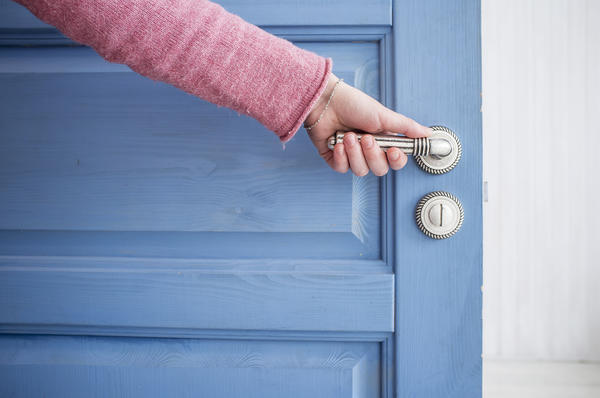 Подходим к ремонту двери творчески