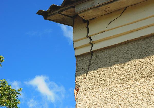 Неприятно, когда в стене нового дома появляется трещина