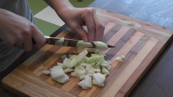 Порезать лук.